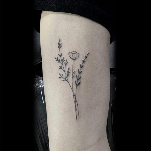 Bloemetje met blaadjes fineline tattoo Danique